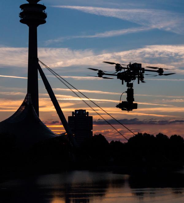 Drohne vor Olympiaturm München und BWM Vierzylinder