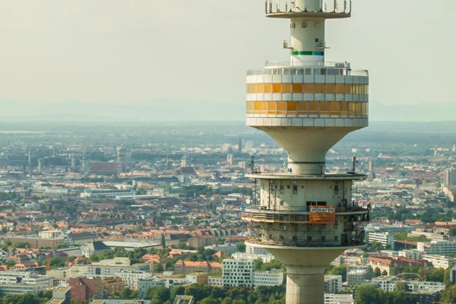 Luftaufnahme vom Olympiaturm in München, im Hintergrund die Frauenkirche