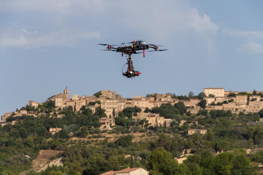 Aerovista Oktokopter beim Erstellen von Luftaufnahmen bei Gordes in der Provence, Frankreich