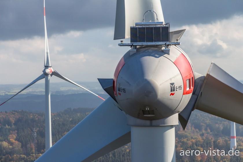 Luftaufnahme einer Windkraftanlage in Bayern