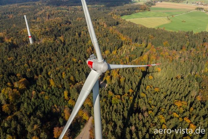 Luftaufnahme mit Kameradrohne einer WIndenergieanlage