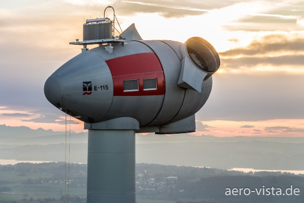 Luftaufnahme einer Windenergieanlage