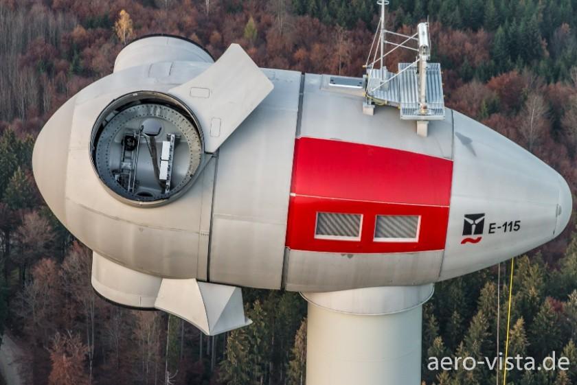 Luftaufnahme einer Windkraftanlage vor der Montage der Rotorblätter, aufgenommen mit einem Multikopter