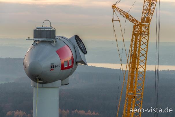 Kameradrohne erstellt Luftaufnahme von Windräder südlich von München