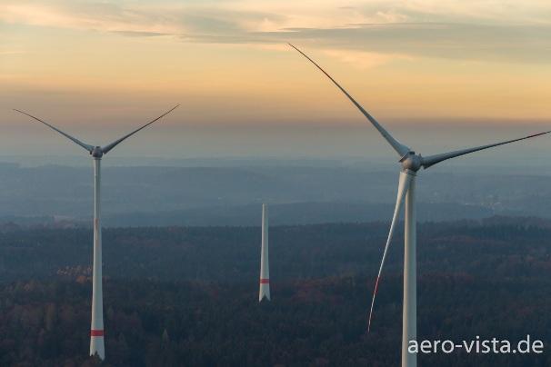 Drohnen-Luftaufnahme von Windräder bei Berg, südlich von München