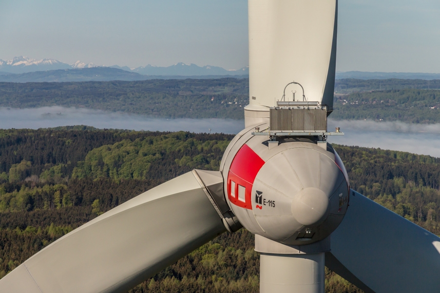 Windkraftanlage in Bayern, aufgenommen mit Hilfe einer Kameradrohne