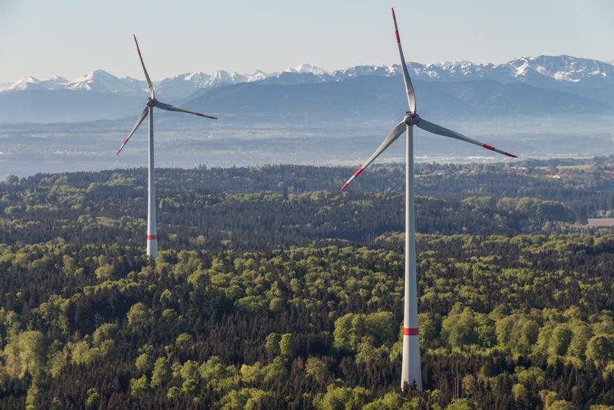 Hochauflösendes Luftbild zweier WIndkraftanlagen in Süddeutschland