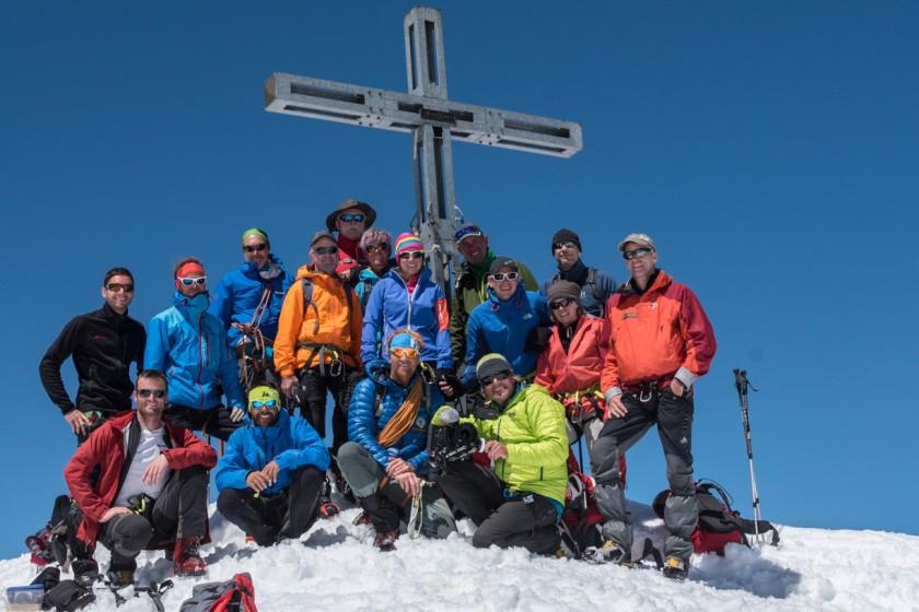 Kameradrohnen-Team mit ZDF-Filmteam und Wandergruppe auf dem Gipfel des Similaun