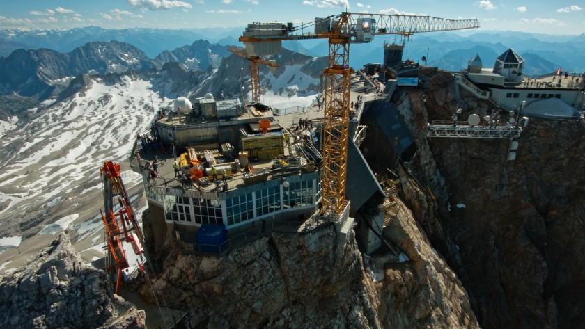 Luftaufnahme der Baustelle auf der Zugspitze, aufgenommen aus einer Kameradrohne, ZDF Dokumentation
